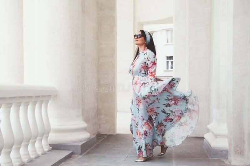 Συν το πρότυπο μεγέθους στο floral φόρεμα στοκ φωτογραφία με δικαίωμα ελεύθερης χρήσης