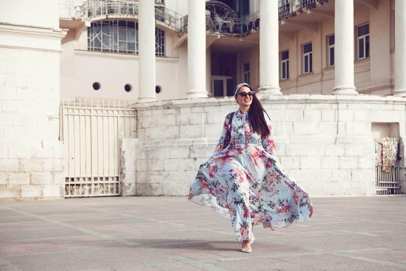 Συν το πρότυπο μεγέθους στο floral φόρεμα στοκ εικόνες με δικαίωμα ελεύθερης χρήσης