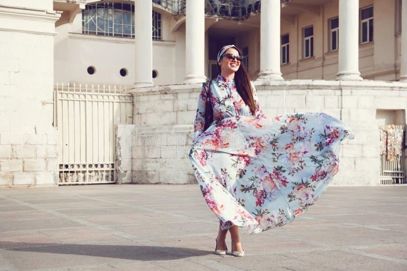 Συν το πρότυπο μεγέθους στο floral φόρεμα στοκ εικόνα με δικαίωμα ελεύθερης χρήσης
