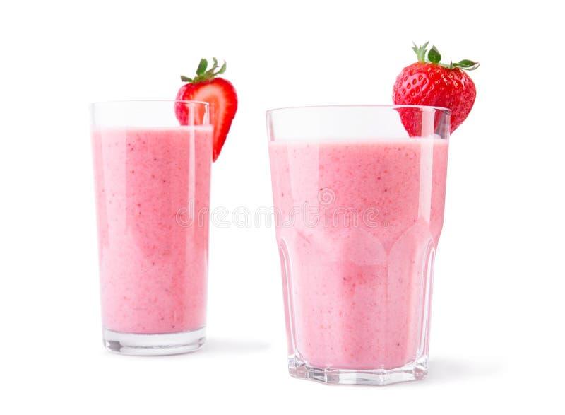 Συνδυασμένα ποτά φραουλών στα γυαλιά Μερικοί οργανικοί καταφερτζήδες που απομονώνονται σε ένα άσπρο υπόβαθρο Υγιή ποτά στοκ φωτογραφίες