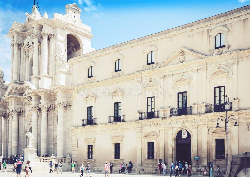 Συρακούσες Siracusa, Σικελία, Ιταλία – 12 Αυγούστου 2018: Τουρίστες που περπατούν αρχαία τετραγωνική Piazza del Duomo με τα παλαι στοκ εικόνα