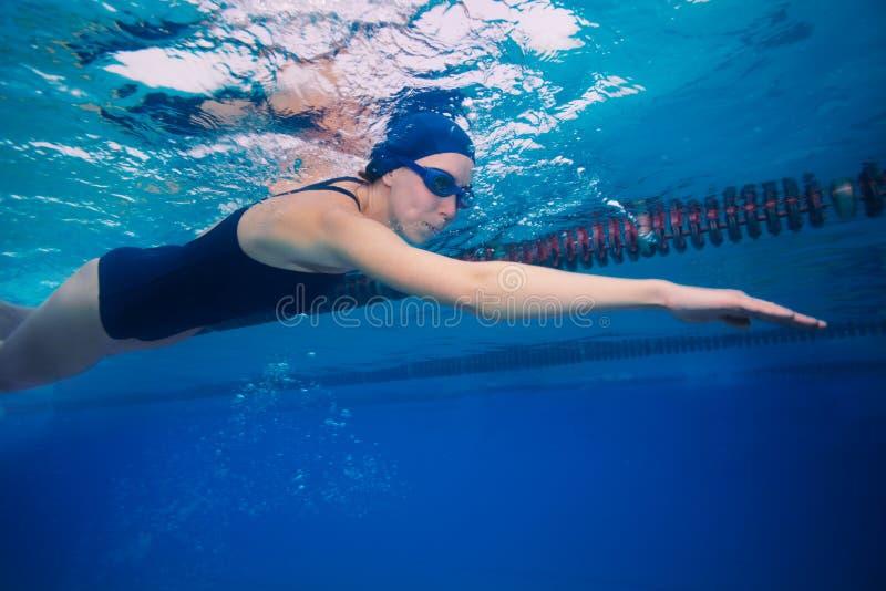 συρθείτε κολυμπώντας γυναίκα ύφους κτυπήματος αθλητικών τύπων στοκ φωτογραφία