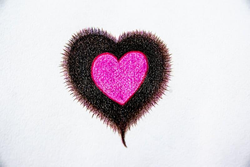 Συρμένα τα χέρι ξύλινα μολύβια χρώματος, μια καρδιά σε μια καρδιά στο υπόβαθρο της Λευκής Βίβλου, φαίνονται όμορφα διανυσματική απεικόνιση