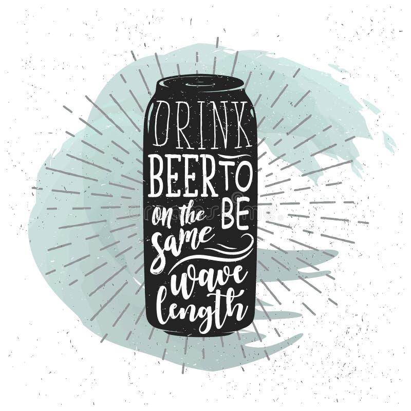 Συρμένη η χέρι ετικέτα με την μπύρα μπορεί, ηλιοφάνεια και εγγραφή ελεύθερη απεικόνιση δικαιώματος