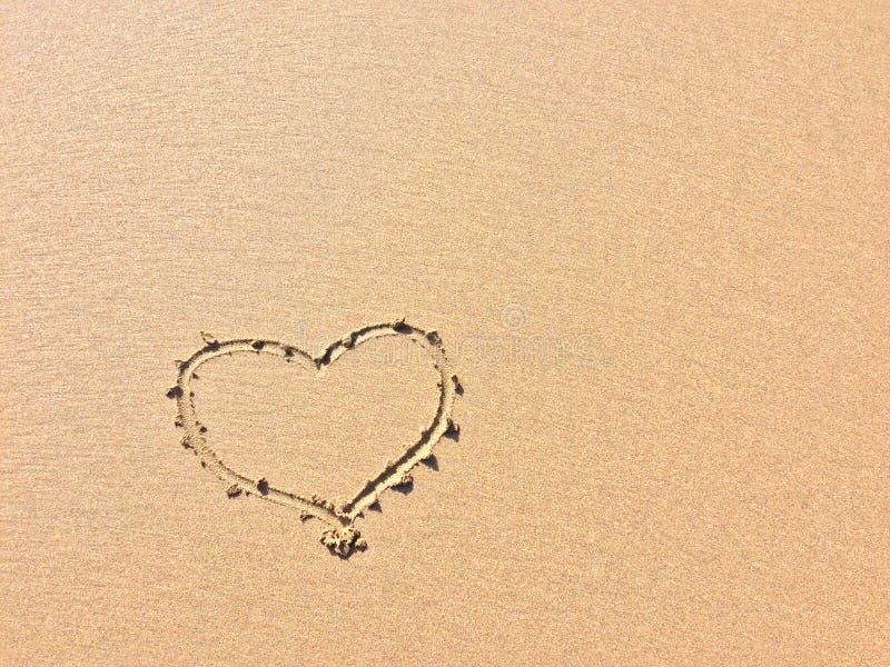 Συρμένη καρδιά στην άμμο, σύμβολο της αγάπης στοκ φωτογραφίες