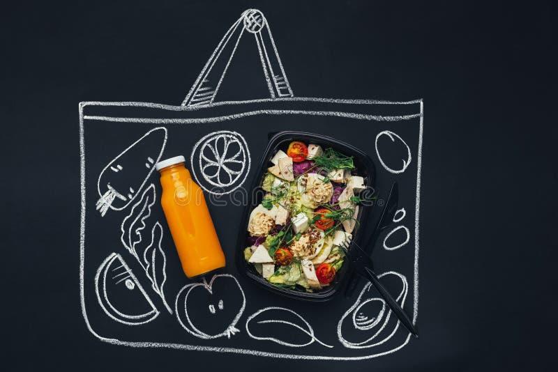 Συρμένη κιμωλία τσάντα αγορών σκίτσων με τα υγιή τρόφιμα στοκ εικόνες με δικαίωμα ελεύθερης χρήσης