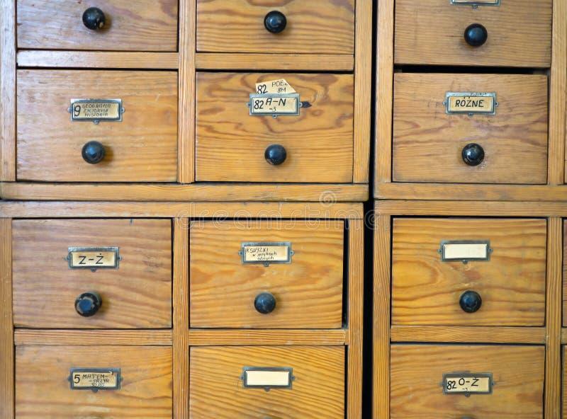 Συρτάρια του παλαιού καταλόγου στη βιβλιοθήκη στοκ εικόνες