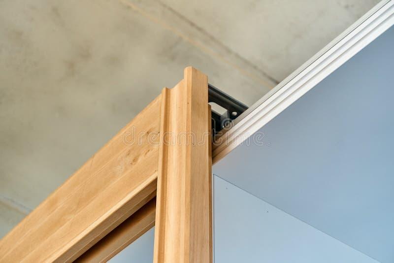 Συρόμενη πόρτα ντουλαπών Συναρμολογήσεις ξεδιπλώματος Ξύλινη παραγωγή λεπτομερειών στοκ φωτογραφία με δικαίωμα ελεύθερης χρήσης