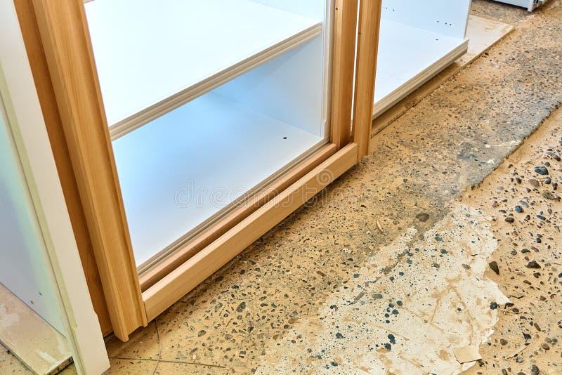 Συρόμενη πόρτα ντουλαπών Συναρμολογήσεις ξεδιπλώματος Ξύλινη παραγωγή λεπτομερειών στοκ εικόνες με δικαίωμα ελεύθερης χρήσης