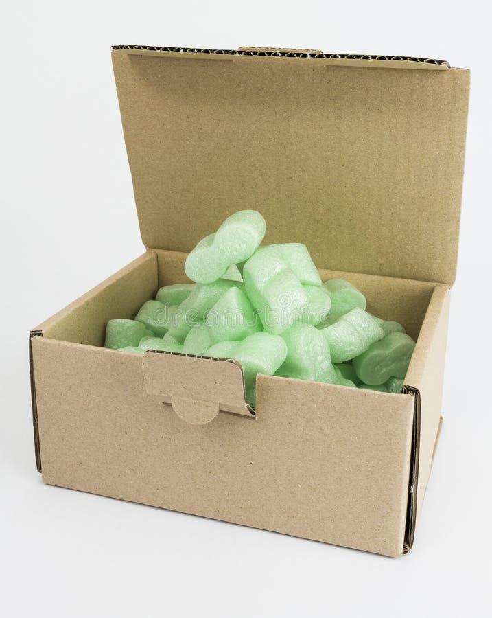 Συσκευάζοντας κιβώτιο με τον πράσινο αφρό στοκ φωτογραφία με δικαίωμα ελεύθερης χρήσης