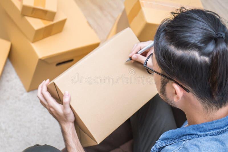 Συσκευάζοντας κιβώτιο on-line μάρκετινγκ και παράδοση, έννοια ΜΜΕ στοκ φωτογραφία