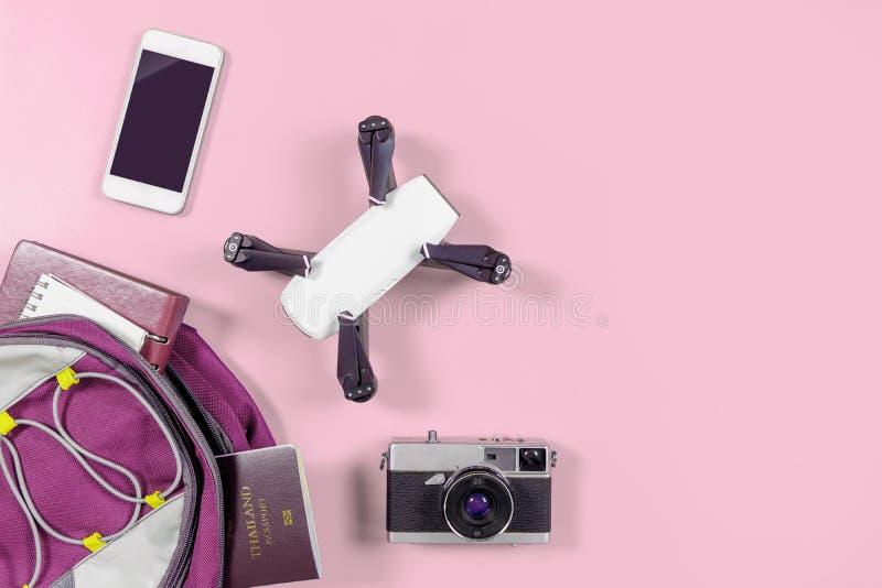 Συσκευές και αντικείμενα ταξιδιού τουριστών στο σακίδιο πλάτης στο ροζ στοκ φωτογραφία με δικαίωμα ελεύθερης χρήσης