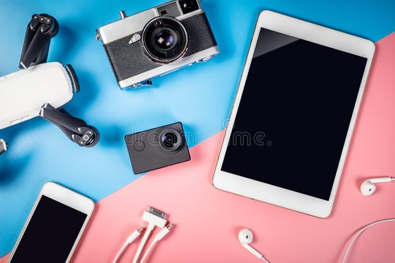 Συσκευές και αντικείμενο ταξιδιού με την κενή οθόνη ταμπλετών στοκ φωτογραφίες με δικαίωμα ελεύθερης χρήσης