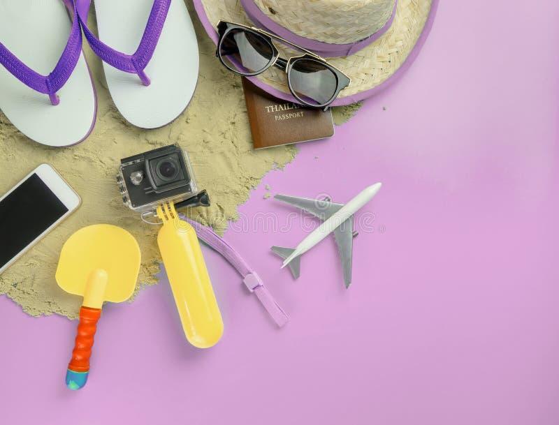 Συσκευές και παιχνίδια μόδας ταξιδιού νησιών παραλιών στο ρόδινο διάστημα αντιγράφων στοκ φωτογραφία με δικαίωμα ελεύθερης χρήσης