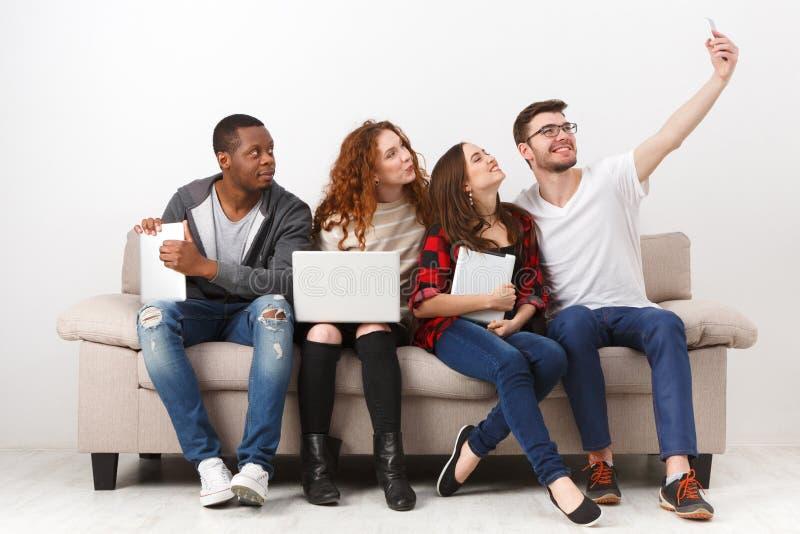 Συσκευές, selfie, φίλοι που έχουν τη διασκέδαση από κοινού στοκ φωτογραφίες με δικαίωμα ελεύθερης χρήσης