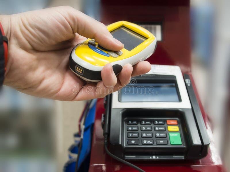 Συσκευή ανίχνευσης για το παντοπωλείο και τις αγορές, έλεγχος έξω και την πληρωμή του τ στοκ εικόνες με δικαίωμα ελεύθερης χρήσης