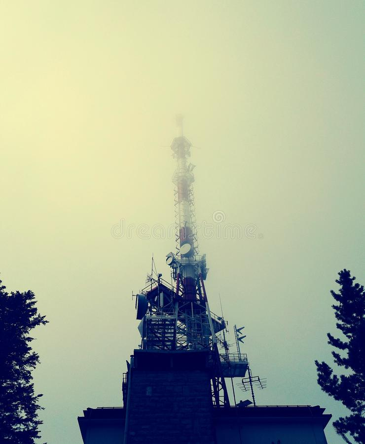 Συσκευή αποστολής σημάτων TV στην ομίχλη στοκ εικόνες με δικαίωμα ελεύθερης χρήσης