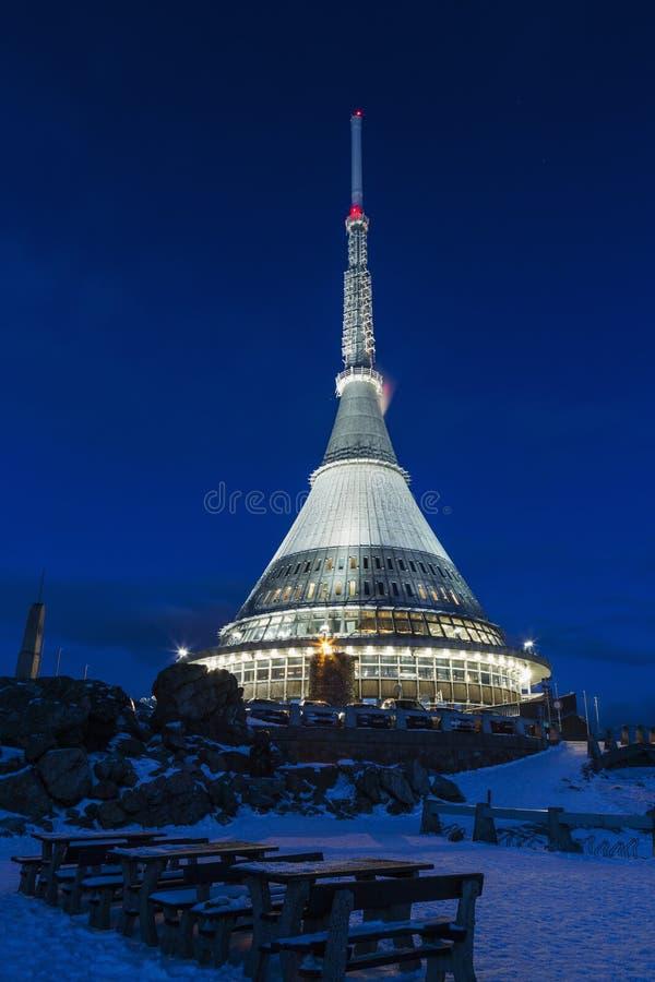 Συσκευή αποστολής σημάτων και πύργος επιφυλακής σε ένα χειμερινό τοπίο στο λόφο στοκ εικόνα