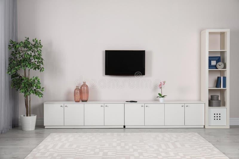 Συσκευή τηλεόρασης που τοποθετείται σύγχρονη στον τοίχο στοκ εικόνες