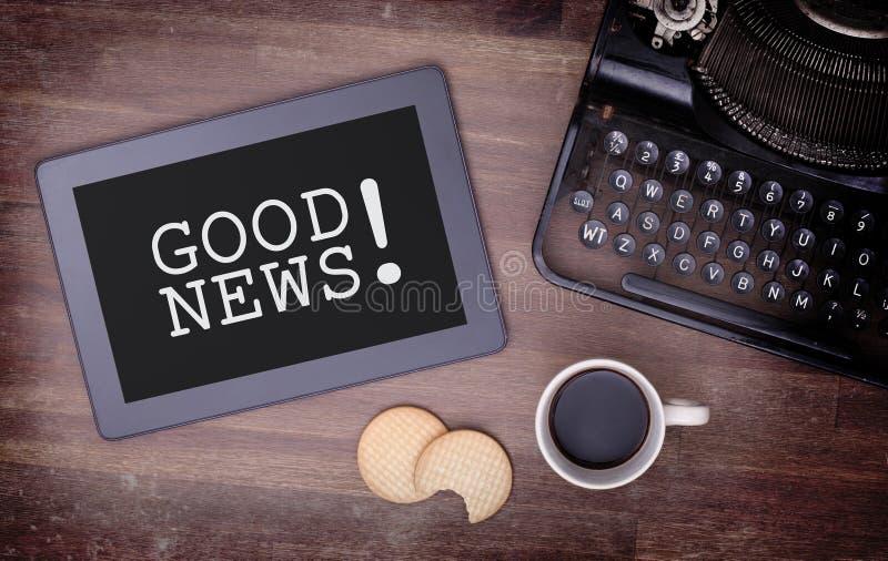Συσκευή υπολογιστών αφής ταμπλετών στον ξύλινο πίνακα, καλές ειδήσεις στοκ εικόνα με δικαίωμα ελεύθερης χρήσης