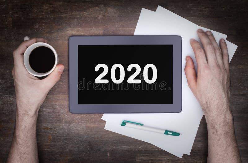 Συσκευή υπολογιστών αφής ταμπλετών στον ξύλινο πίνακα - 2020 στοκ εικόνες