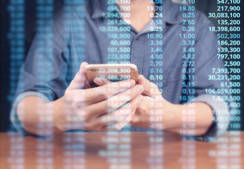 Συσκευή smartphone εκμετάλλευσης χεριών και σχετικά με την οθόνη στοκ εικόνες