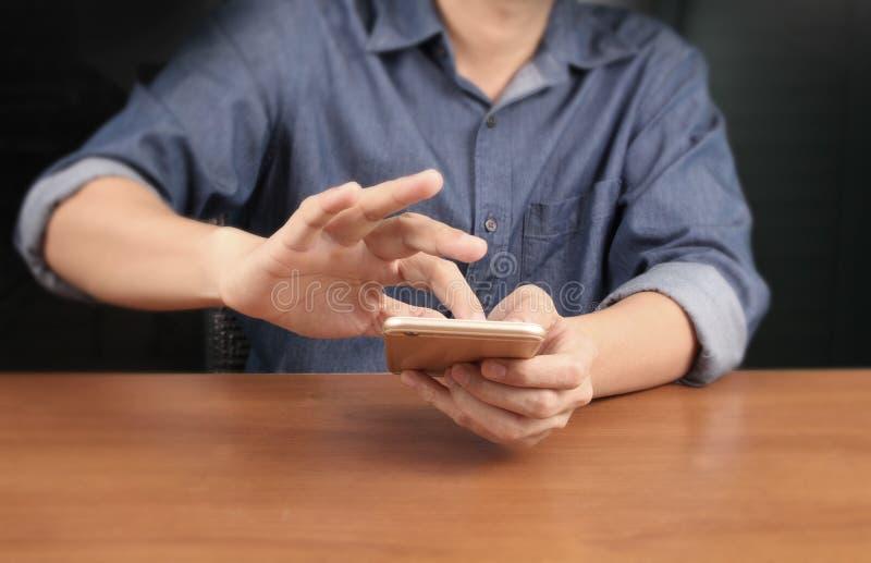 Συσκευή smartphone εκμετάλλευσης χεριών και σχετικά με την οθόνη στοκ εικόνα με δικαίωμα ελεύθερης χρήσης