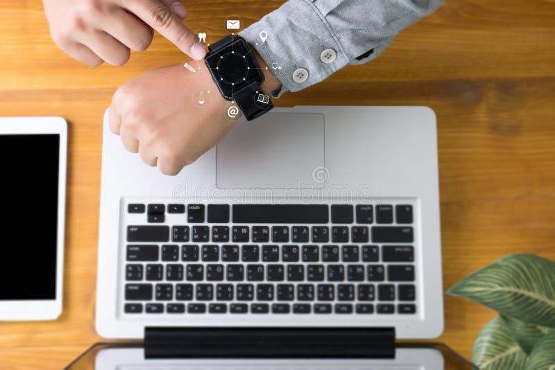συσκευή smartphone εκμετάλλευσης χεριών ατόμων και τεχνολογία, επιχειρηματίας ελεύθερη απεικόνιση δικαιώματος