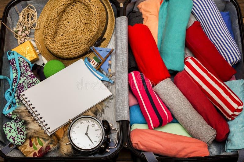 Συσκευασία αποσκευών για ένα νέο ταξίδι στοκ φωτογραφίες