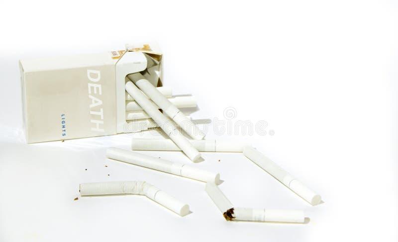 Συσκευασία και τα σπασμένα τσιγάρα στοκ εικόνα