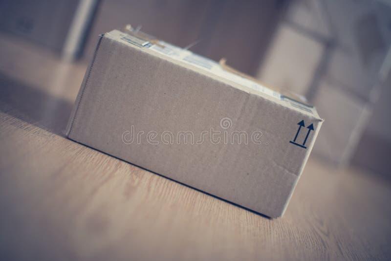 Συσκευασία κουτιών από χαρτόνι, αντίληψη ναυτιλίας: Να προετοιμαστεί για την παράδοση στοκ εικόνες