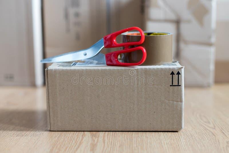 Συσκευασία κουτιών από χαρτόνι, αντίληψη ναυτιλίας: Να προετοιμαστεί για την παράδοση στοκ φωτογραφία με δικαίωμα ελεύθερης χρήσης