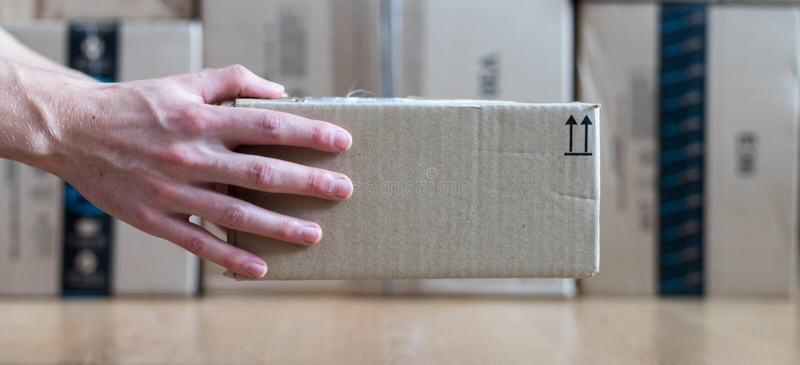 Συσκευασία κουτιών από χαρτόνι, αντίληψη ναυτιλίας: Παράδοση ενός δέματος στοκ εικόνα με δικαίωμα ελεύθερης χρήσης