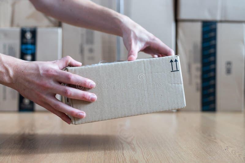 Συσκευασία κουτιών από χαρτόνι, αντίληψη ναυτιλίας: Παράδοση ενός δέματος στοκ φωτογραφία με δικαίωμα ελεύθερης χρήσης