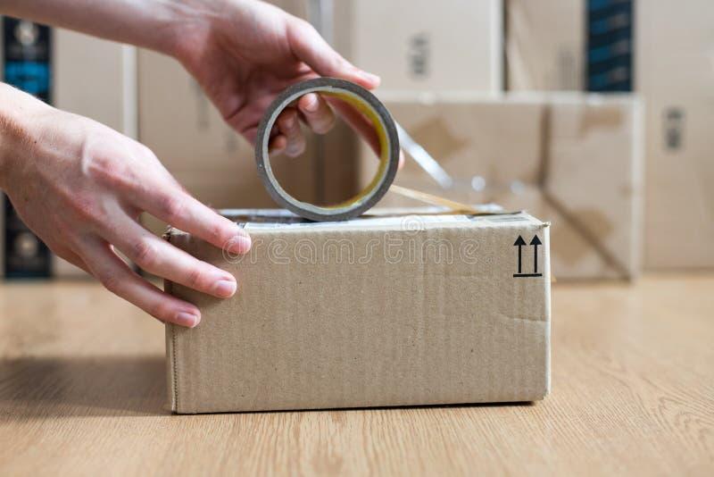 Συσκευασία κουτιών από χαρτόνι, αντίληψη ναυτιλίας: Προετοιμασία ενός δέματος για την παράδοση στοκ φωτογραφίες με δικαίωμα ελεύθερης χρήσης