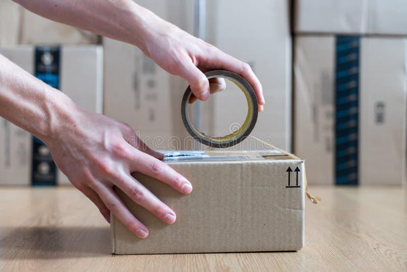 Συσκευασία κουτιών από χαρτόνι, αντίληψη ναυτιλίας: Προετοιμασία ενός δέματος για την παράδοση στοκ φωτογραφία με δικαίωμα ελεύθερης χρήσης
