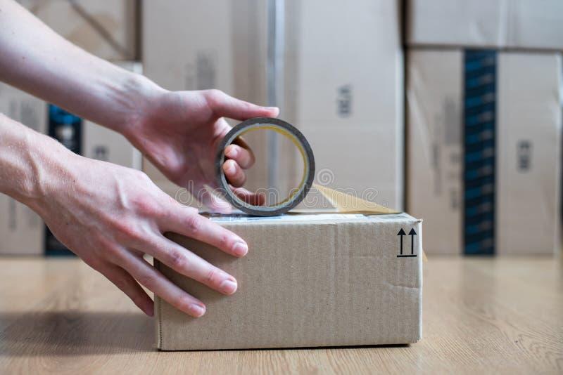 Συσκευασία κουτιών από χαρτόνι, αντίληψη ναυτιλίας: Προετοιμασία ενός δέματος για την παράδοση στοκ εικόνες