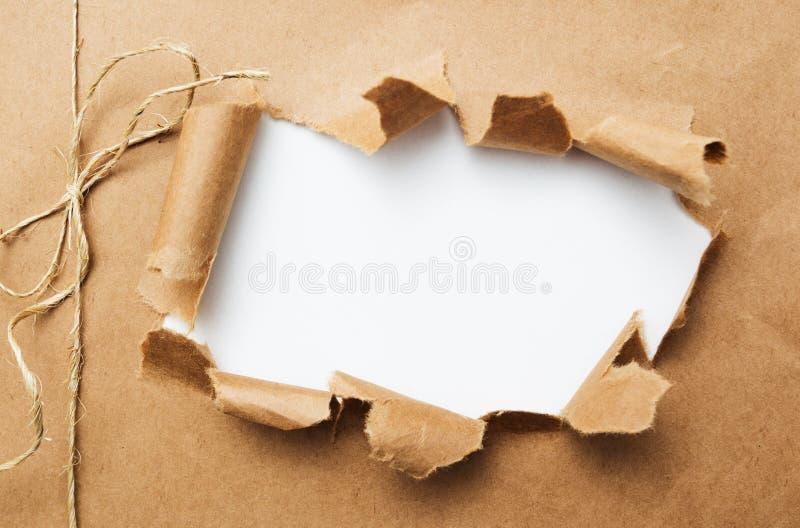 Συσκευασία που σχίζεται στο άσπρο υπόβαθρο στοκ εικόνα