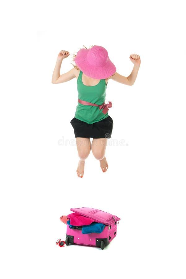 Συσκευασία της βαλίτσας από μια νέα γυναίκα στοκ εικόνες
