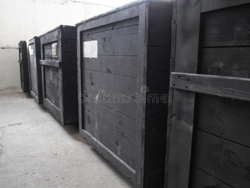 Συσκευασμένος στο σκοτεινό ξύλινο κιβώτιο φορτίου Η συσκευασία των αγαθών Ειδική μεταχείριση καταλόγων συσκευασίας της ξύλινης συ στοκ εικόνες