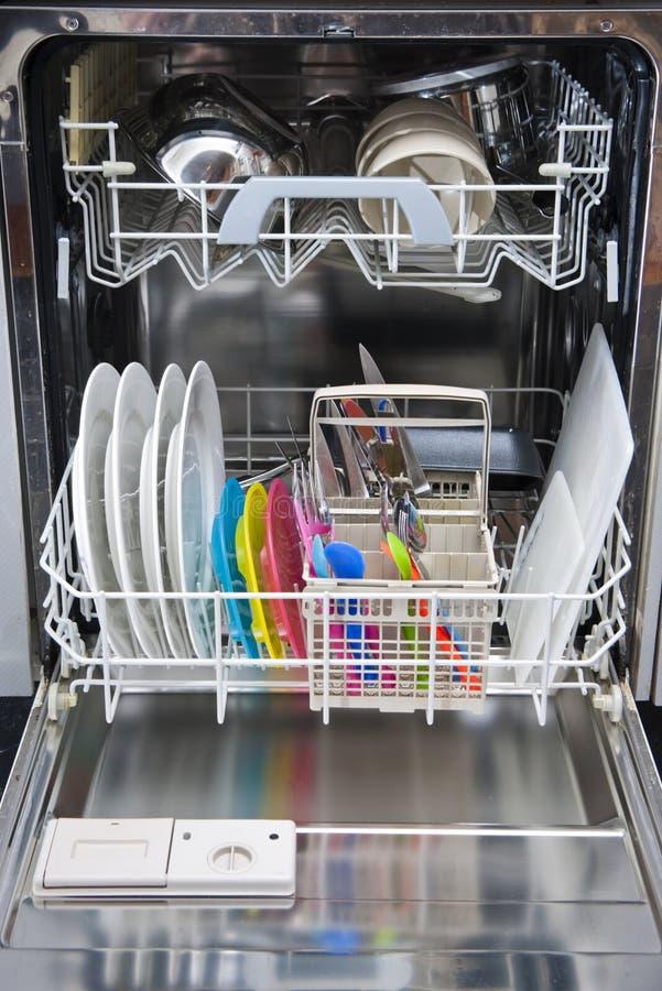 Συσκευασμένο πλυντήριο πιάτων των καθαρών πιάτων στοκ φωτογραφία