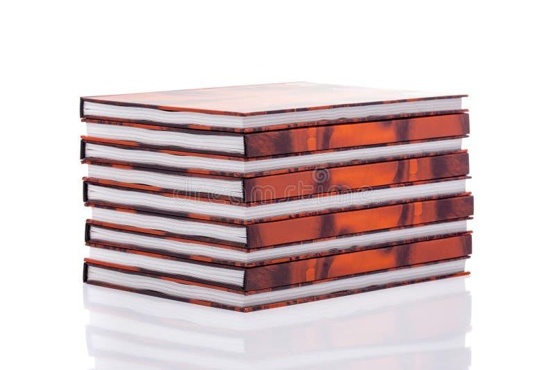 Συσσωρευμένα βιβλία πέρα από το λευκό στοκ εικόνες