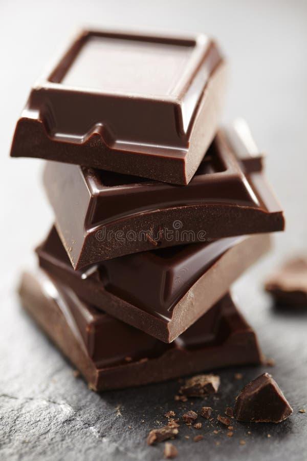 Συσσωρευμένα κομμάτια σοκολάτας στοκ φωτογραφία