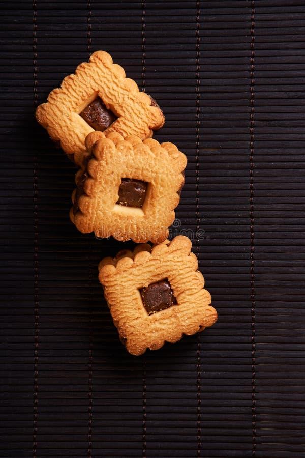 Συσσωρευμένα μπισκότα τσιπ σοκολάτας στο μαύρο πίνακα ύφους στοκ εικόνα