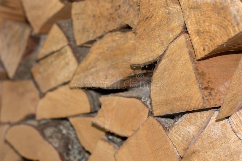 Συσσωρευμένα ξύλινα κούτσουρα ontop το ένα το άλλο backround με το bokeh στοκ εικόνα με δικαίωμα ελεύθερης χρήσης