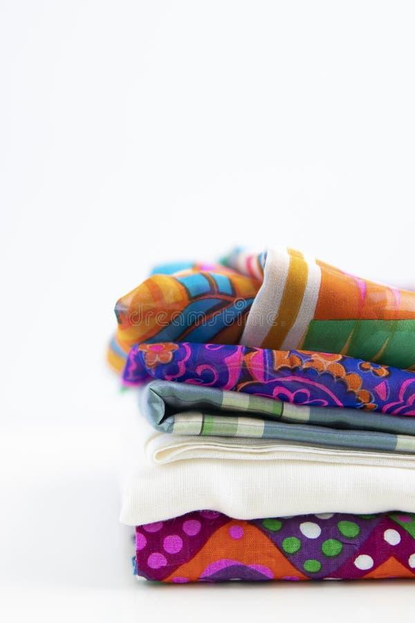 Συσσωρευμένα υφάσματα με τα χρώματα και τα σχέδια vivd στοκ φωτογραφίες