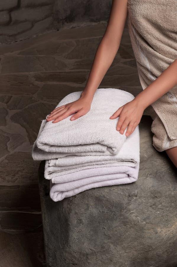 Συσσωρευμένες άσπρες πετσέτες SPA στοκ φωτογραφίες με δικαίωμα ελεύθερης χρήσης