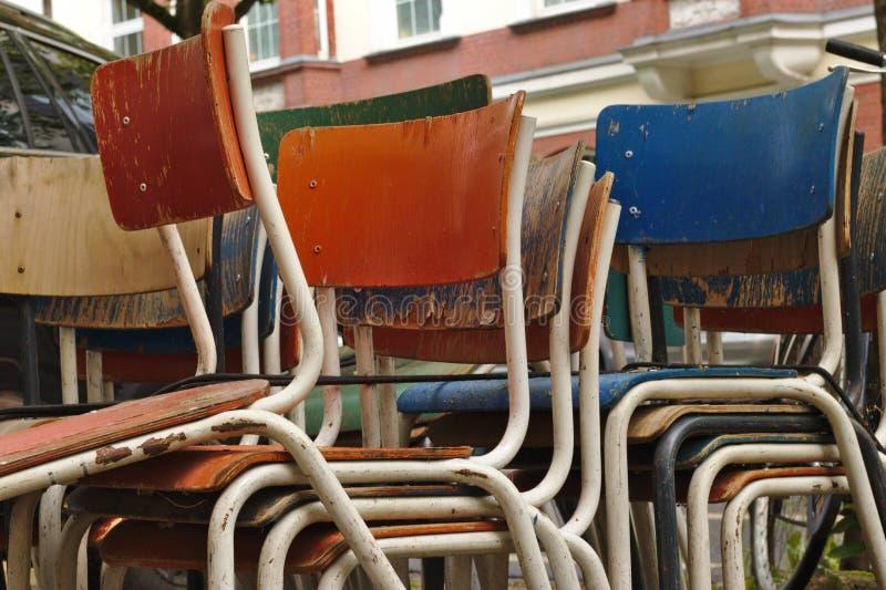 Συσσωρευμένες καρέκλες στοκ φωτογραφία