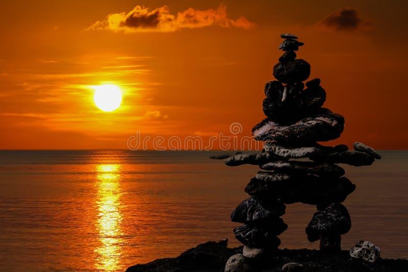 Συσσωρευμένες πέτρες στην παραλία στο ηλιοβασίλεμα στοκ εικόνα με δικαίωμα ελεύθερης χρήσης