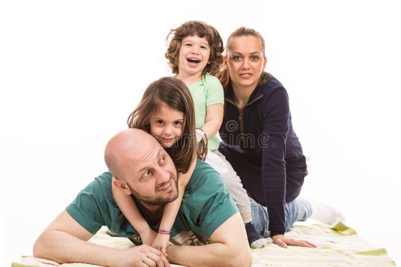 Συσσωρευμένη ευτυχής οικογένεια στοκ εικόνα με δικαίωμα ελεύθερης χρήσης